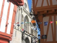 Maison - Français:   Maisons à pans de bois, vue sur la cathédrale pendant les fêtes historiques