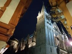 Maison - Français:   Vannes - La cathédrale Saint-Pierre de Vannes vue de la place Henri IV de nuit