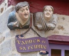 Maison dite de Vannes et sa femme - Français:   «Vannes et sa femme», bustes en pierre sculptée ornant la la façade d\'une maison du XVIe siècle, à Vannes (Morbihan, France)