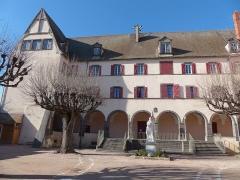 Hôtel de ville et beffroi - Français:   Façade de l\'hôtel de ville d\'Aigueperse (Puy-de-Dôme), ancien couvent des ursulines.