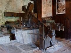 Moulin à papier de Richard-de-Bas - Română: Moulin à papier Richard de Bas à Ambert, dans le Puy-de-Dôme: pile à maillet pour broyer le chiffon. Intérieur du corps de logis, abritant l'habitation reconstituée des propriétaires du moulin et de leurs ouvriers.