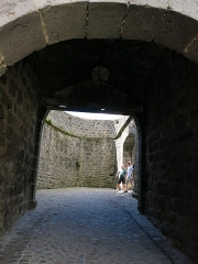 Beffroi - English:   Look from the inner side of the barbican of Besse-et-Saint-Anastaise (Puy-de-Dôme, France).