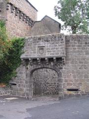 Beffroi - Français:   Besse-et-Saint-Anastaise (Puy-de-Dôme, France), la porte du Meze avec sa barbacane