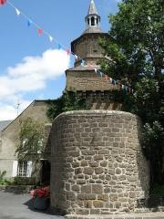 Beffroi - Français:   Besse-en-Chandesse, bourg-centre de la commune de Besse-et-Saint-Anastaise, dans le Puy-de-Dôme (France, région Auvergne). Beffroi à l\'entrée sud du vieux bourg de Besse, vu depuis le sud.
