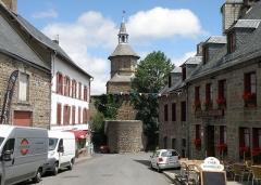 Beffroi - Français:   Besse-en-Chandesse, bourg-centre de la commune de Besse-et-Saint-Anastaise, dans le Puy-de-Dôme (France, région Auvergne).Beffroi à l\'entrée sud du vieux bourg de Besse, vu depuis le sud.