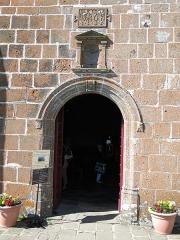 Chapelle Notre-Dame de Vassivière - English: Entrance of the chapel of Notre-Dame de Vassivière (Puy-de-Dôme, France).