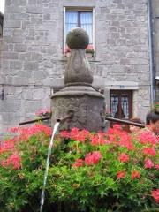 Fontaine du 16e siècle située sur la place centrale - Français:   Fontaine de la cité médiévale de Besse