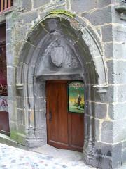 Maison dite de la reine Margot - Français:   Besse-et-Saint-Anastaise (Puy-de-Dôme, France), une porte