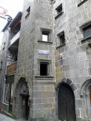 Maison dite de la reine Margot - Français:   Besse-en-Chandesse, bourg-centre de la commune de Besse-et-Saint-Anastaise, dans le Puy-de-Dôme (France, région Auvergne). Rue des Boucheries, maison dite de la Reine Margot, dans le vieux bourg.