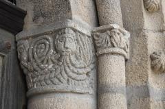 Eglise Saint-Fargheon - Deutsch: Katholische Kirche Saint-Fargheon in Bourg-Lastic im Département Puy-de-Dôme (Auvergne-Rhône-Alpes/Frankreich), Kapitelle am Südportal
