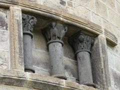 Monument sépulcral - Français:   Chapiteaux extérieurs de la chapelle funéraire de Chambon-sur-Lac, Puy-de-Dôme, France.