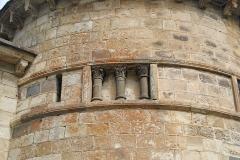 Monument sépulcral - Deutsch:   Chambon-sur-Lac, Friedhofskapelle, Nische mit Säulen, von SW