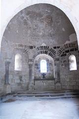 Monument sépulcral - Deutsch:   Chambon-sur-Lac, Friedhofskapelle, Inneres aus Narthex