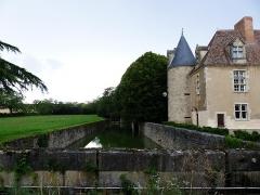 Château de Denone - Français:   Château de Denone, Effiat (Puy-de-Dôme) en 2014. Les douves, sur le côté sud-ouest du château, vues du pont de pierre qui franchit le canal.