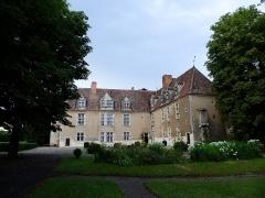Château de Denone - Français:   Château de Denone, Effiat (Puy-de-Dôme) en 2014. Façade Renaissance. Ailes en équerre regardant vers le sud-ouest (à droite) et vers le sud-est (à gauche).