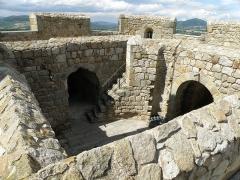 Ruines de la tour du château fort - Français:   Montpeyroux (Puy-de-Dôme). Donjon (XIIe siècle), sommet de la tour. Au loin, dans le créneau de droite: puy de Saint-Romain (alt.781m.). Nous regardons vers le nord-nord-est.