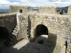 Ruines de la tour du château fort - Français:   Montpeyroux (Puy-de-Dôme). Donjon (XIIe siècle), sommet de la tour.