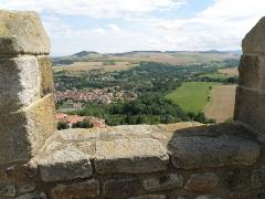 Ruines de la tour du château fort - Français:   Montpeyroux (Puy-de-Dôme). Donjon (XIIe siècle), vue prise du sommet de la tour. À l\'intérieur du créneau: village de Coudes; un peu au-delà: autoroute A75 Clermont-Ferrand — Béziers. (Nous regardons vers le sud.)