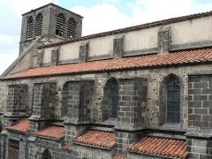Eglise abbatiale Saint-Pierre - Français:   Bas-côté sud et clocher de l\'église de Mozac. Architecture gothique. Utilisation massive de la pierre de Volvic. Photo prise du premier étage du presbytère.