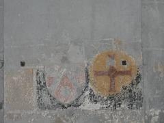 Eglise abbatiale Saint-Pierre - Français:   Blason de Raymond de Marcenat à côté d\'une croix de consécration sur un pilier de la nef de l\'église abbatiale de Mozac