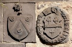 Eglise abbatiale Saint-Pierre - Deutsch:   Mozat, Wappen über Nische in Joch 1
