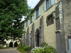 Eglise abbatiale Saint-Pierre - Français:   Bâtiment sud de l\'abbaye de Mozac vu de la cour du cloître. Il était entre autres utilisé par les moines comme réfectoire et cuisine .