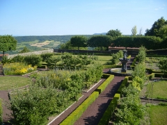 Château d'Opme - English: Lower terrace garden of the Chateau d'Opme, with the fountain from 1617