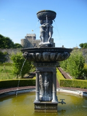 Château d'Opme - English: Fountain at the Chateau d'Opme in the Auvergne (1617), attributed to Jean Androuet du Cerceau