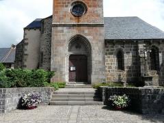 Eglise Saint-Donat - Français:   La façade sud et le portail de l\'église Saint-Donat, Saint-Donat, Puy-de-Dôme, France.
