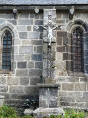 Eglise Saint-Donat - Français:   Croix de mission devant l\'église Saint-Donat, Saint-Donat, Puy-de-Dôme, France.