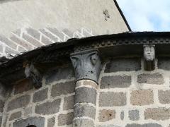 Eglise Saint-Donat - Français:   Modillons et chapiteau du chevet de l\'église Saint-Donat, Saint-Donat, Puy-de-Dôme, France.