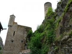 Immeuble dit château de Saint-Floret ou Vieux Château - Français:   Le logis et le donjon du château de Saint-Floret, Puy-de-Dôme, France.
