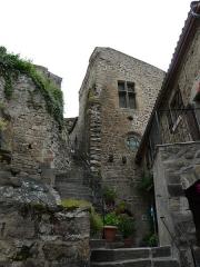 Immeuble dit château de Saint-Floret ou Vieux Château - Français:   Escaliers du château de Saint-Floret, Puy-de-Dôme, France.