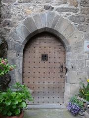Immeuble dit château de Saint-Floret ou Vieux Château - Français:   Porte du château de Saint-Floret, Puy-de-Dôme, France.