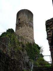 Immeuble dit château de Saint-Floret ou Vieux Château - Français:   Le donjon du château de Saint-Floret, Puy-de-Dôme, France.