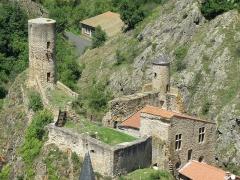 Immeuble dit château de Saint-Floret ou Vieux Château - Français:   Saint-Floret, comm. du Puy-de-Dôme (Auvergne, France). Château, vu depuis les falaises du Chastel; nous regardons vers le nord. La prise de vue montre les deux parties du château: celle de gauche, dont ne subsiste guère que le donjon circulaire, et celle de droite, logis seigneurial dit château inférieur; ce dernier, de plan carré, doté d\'une échauguette à son angle nord, est composé de trois salles carrées superposées, dont celle qui occupe le premier étage, et à laquelle donnent jour les deux fenêtres rondes quadrilobées visibles sur la photo, est voûtée en ogives et présente des restants de fresques du XIVe siècle.