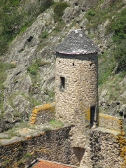 Immeuble dit château de Saint-Floret ou Vieux Château - Français:   Saint-Floret, comm. du Puy-de-Dôme (Auvergne, France). Château: échauguette s\'élevant à l\'angle nord du corps de logis dit château inférieur. Vue prise au téléobjectif depuis la falaise du Chastel, à 200m env. à vol d\'oiseau du château (nous regardons vers le nord).