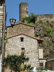 Immeuble dit château de Saint-Floret ou Vieux Château - Français:   Saint-Floret, comm. du Puy-de-Dôme (Auvergne, France). Maison près de l\'église, et donjon du château (coup d\'œil vers le nord).