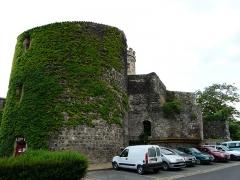 Ancien château fort - Français:   Le long de la rue de la Chantelle, le château de Saint-Saturnin, Puy-de-Dôme, France.