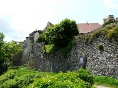 Ancien château fort - Français:   Les remparts du château de Saint-Saturnin, Puy-de-Dôme, France.