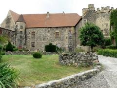 Ancien château fort - Français:   Saint-Saturnin, comm. du Puy-de-Dôme (France, région Auvergne). Château, façade nord.