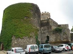 Ancien château fort - Français:   Saint-Saturnin, comm. du Puy-de-Dôme (France, région Auvergne). Château, tour ronde prolongeant l\'aile ouest.