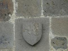 Eglise Saint-Victor - Français:   Armoiries au-dessus du portail de l\'église Saint-Victor, Saint-Victor-la-Rivière, Puy-de-Dôme, France.