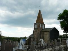 Eglise Saint-Victor - Français:   L\'église Saint-Victor et son cimetière, Saint-Victor-la-Rivière, Puy-de-Dôme, France.
