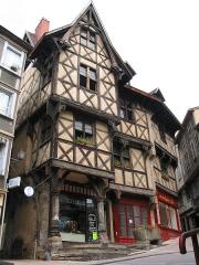 Ancien hôtel du Charriol, dit château ou maison du Piroux - Français:   Thiers (Puy-de-Dôme) France), Place du Pirou - l\'Hôtel du Pirou - Maison à colombage du XVe siècle.