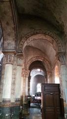 Eglise Saint-Limin (ou Saint-Martin) -  Bas-côté sud de l'église Saint-Martin de Thuret avec ses chapiteaux sculptés.