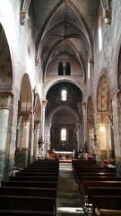 Eglise Saint-Limin (ou Saint-Martin) -  Nef de l'église Saint-Martin à Thuret dans le Puy-de-Dôme.Les 4 arcs diaphragmes de la croisée du transept soutiennent une coupole