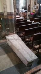 Eglise Saint-Limin (ou Saint-Martin) -  Sarcophage de pierre  dans l'église Saint-Martin de Thuret dans le Puy-de-Dôme.