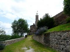 Château fort et église Saint-Jean du Marchidial - Français:   L\'église Saint-Jean sur le site du château du Marchidial, Champeix, Puy-de-Dôme, France.