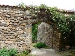 Château fort et église Saint-Jean du Marchidial - Français:   Passage dans les jardins du Marchidial sur le site du château du Marchidial, Champeix, Puy-de-Dôme, France.